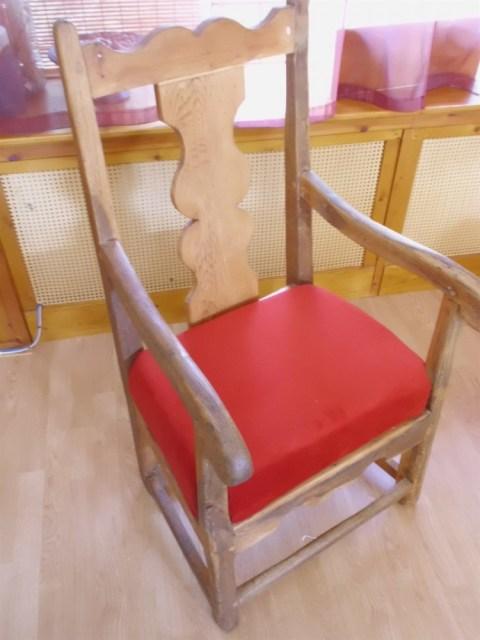Na restauratie is de stoel inmiddels een keer of 8 in de was gezet. Het hout heeft steeds alle was opgezogen. Na de achtste keer bleef de was dusdanig dat ik de was ook goed kon uitpoetsen en zo de stoel mooi glad kan krijgen. Doordat ik ook de verbindingen goed in elkaar gezet heb is de stoel echt stevig geworden. Deze stoel kan nu gebruikt worden.
