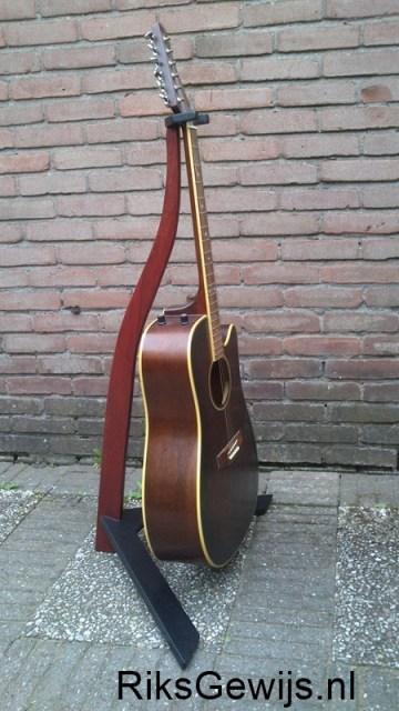 Omdat een gitaar een standaard nodig heeft is het belangrijk dat deze stabiel is, daarnaast was er geen mogelijkheid om de gitaar aan de muur op te hangen. Een standaard ontworpen door mij zelf.