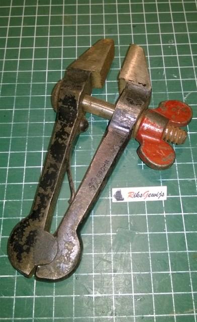 Een oude handvice of klem gevonden. Dit zijn handige maar een beetje lompe gereedschappen. Het handige is dat je deze op de werkbank kunt houden met klemmen. Jammer is dat alles erg stroef werkt en dat alles flink beschadigd en roestig is. Dus ook deze zal gerestaureerd worden.