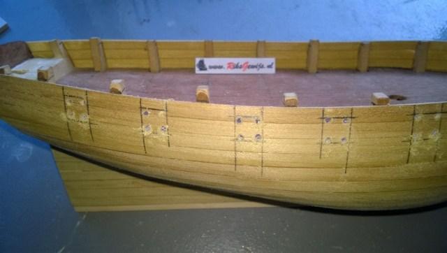 Het aftekenen van de geschutspoort. Door de kiel op een vlak oppervlak te zetten. Het aftekenen kan dan met een blokhaakje verticaal worden afgetekend. En horizontale hoogtes word bepaald door het kanon te plaatsen. De poorten kunnen dan uitgezaagd en op maat gevijld worden.