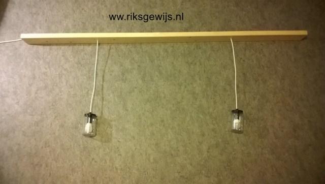 Altijd lastig om zo iets in een kamer te fotograferen. Deze lamp is nu klaar en kan opgehangen worden in de keuken. Ik hang de plank met drie schroeven aan het plafond zoals op de eerste foto te zien is. De totale kosten hiervan waren ongeveer 10 euro, daarvoor heb je toch een leuke en goed functionerende lamp.