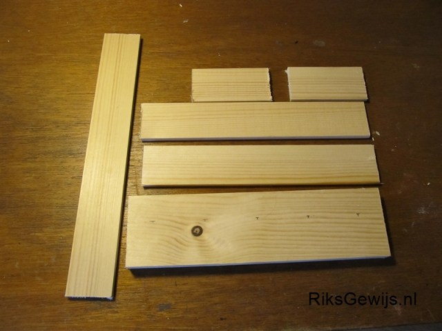 Het gekozen hout. Dit hout is van een vorig project overgebleven en heb ik in mijn voorraad zolder bewaard. De maten zullen dan ook bepalen hoe groot dit standaard gaat worden. Er zullen er wel vier in moeten passen.