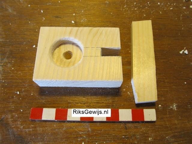 De gebruikte materialen zijn kleine stukjes haardhout. Dit is netjes gezaagd en voorzien van een inkeping en een gat waar de pijp in kan komen te staan. In de inkeping zal de staander gelijmd worden.