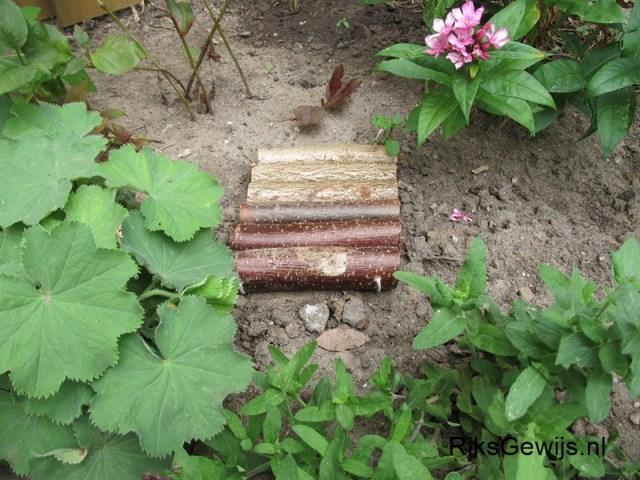 Tegels zijn klaar. Deze tegels hebben natuurlijk niet een hele lange levensduur omdat dit door de weersomstandigheden snel word aangetast. Toch doen ze het wel een paar jaar. Dan kunnen ze gewoon met het tuinafval mee omdat ze van natuurlijk materiaal zijn gemaakt.