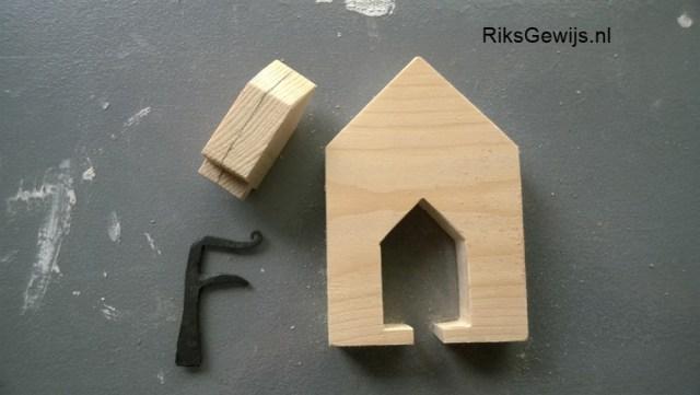 Als eerste heb ik van een stukje hout wat ik nog had liggen een huisje gezaagd. Ik heb hiervoor wel een dikke plank gebruikt van 2,2 cm dik. In het huisje heb ik weer een huisje getekend en dat weer uitgezaagd. Nu is er eigenlijk een kinderpuzzel ontstaan. Omdat ik dik hout gekozen heb, heb ik ook besloten om de sleutelhanger door midden te zagen. Dit is dan niet zo dik en heb ik gelijk de achterkant om terug te lijmen.