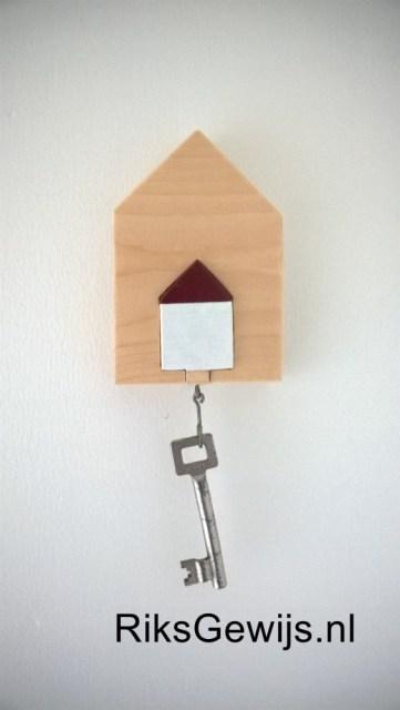 Een plek om de sleutel op te hangen is vaak een probleem. Nu is het natuurlijk mogelijk om een spijker in de muur te slaan maar dat vind ik niet leuk. Om die reden heb ik toch iets anders bedacht. Twee huisjes passen in elkaar waardoor het geschilderde huisje een sleutelhanger is geworden. Dit is een hele simpele accessoire om zelf te maken van een stukje hout.