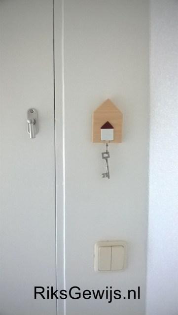 Nu netjes opgehangen naast de deur en alles is op deze manier toch leuker afgewerkt dan een spijker in de muur om de sleutel aan op te hangen. Het oog wil immers ook wel wat.