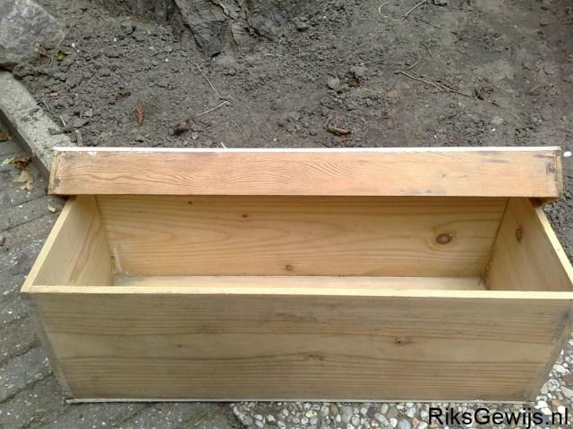 Nadat alle papier er af is komt er een mooi houten kistje onder vandaan. De deksel moest voorzien worden van een nieuwe houten plaat. Deze was van karton. De kist zal netjes geschuurd worden en dan in de blanke lak geschilderd worden.