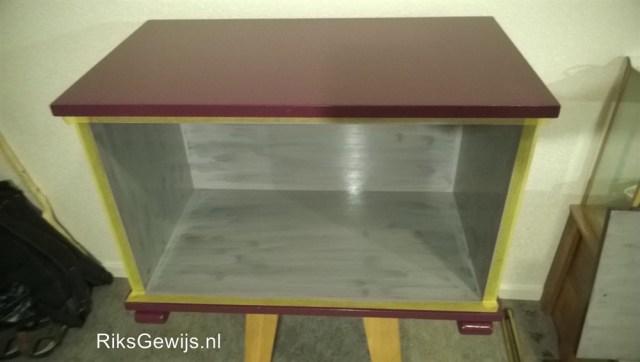 Het schilderen van de kast kan nadat er een goede basis is gemaakt en alles schoon, vetvrij is. De binnenzijde word licht grijs. Dat is mooier dan het donkere hout. Het is een frisse kleur waardoor het ook meer licht geeft in de kast.