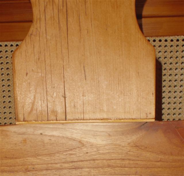 De rug leuning is vervangen in het verleden. Het is een ander houtsoort en enorm gekrompen tijdens dat deze stoel in een vochtige boerderij schuur heeft gestaan. Winter en zomer heeft zo het effect op hout. Ik heb niet kunnen achterhalen wat er voor achterwand in heeft gezeten en heb dit gewoon weer gebruikt. Het hout is wel oud en mogelijk is dit meer dan 100 jaar geleden vervangen. Wel heb ik door een latje in te leggen de lengte goed gekregen zodat deze wel past. Straks met kleurbeits op kleur brengen zodat dit niet echt zichtbaar is en de was maakt het af.