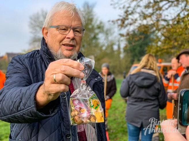 01 rintelnaktuell apfelbaum 2019 pflanzaktion generationenpark eltern kinder bauhof