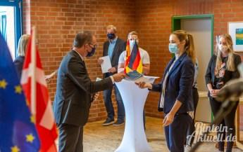05 rintelnaktuell europaschule bbs rinteln grant hendrik tonne kultusminister uebergabe zertifikat 02.09.2020