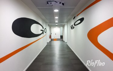 Critéo a élargit ses perspectives grâce à RioFluo à travers la réalisation d'une anamorphose dans le but d'agrandir visuellement les couloirs de ses locaux parisiens. Réalisation d'une anamorphose reprenant les codes chromatiques et graphiques de l'entreprise, de 30 mètres de long sur 3 murs différents. criteo,anamorphose, interieur, graffiti, sol, mur, voiture,residence,riofluo, live painting, street-art, france, graffiti, art urbain, peinture, performance, ile de france, artistique, artiste, graffeur