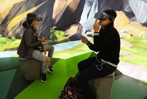 • Nous vous accompagnons dans la découverte de la réalité virtuelle en vous faisant découvrir ses possibilités gràce à plusieurs applications stupéfiantes et interessantes et apprenez à exister et manipuler ce milieu en 3 dimensions, vr, realité virtuel, street-art, graffiti