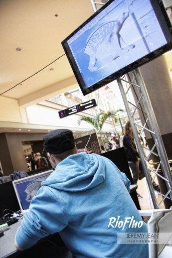 Le centre commercial la Toison d'Or de Dijon nous a invité à créer un show battle graphique au sein de son établissement afin de mettre en avant la création numérique. Un battle graphique où 2 graphistes, Skio et Izi Design, se sont affrontés dans un des centres commerciaux Unibail Rodamco. Chaque graphiste a créé le plus impressionnant photomontage en utilisant tous les logiciels de création graphique mais avec la même base d'images. Après 1 heure de création graphique, retransmise sur écran, chaque graphiste a présenté sa création en mettant en exergue les fonctionnalités spécifiques. Le public a élu la création gagnante de cette Battle Graphique qui a ensuite intégré la communication visuelle du lieu.