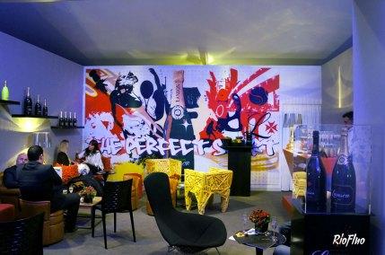 Fresque décoration Lanson Bercy, BNP Paribas Master Lors des BNP Paribas à Paris Bercy, nous avons créé une fresque décorative pour la marque de champagne Lanson, qui a pris place dans leur salon privé lors de l'évènement tennistique. Le thème de la fresque étant de mixer les valeurs sportives, urbaines et l'image de la marque Lanson. Fresque décorative, BNP Paribas Master, FFT, Lanson, Bercy, Street-art, champagne, graffiti