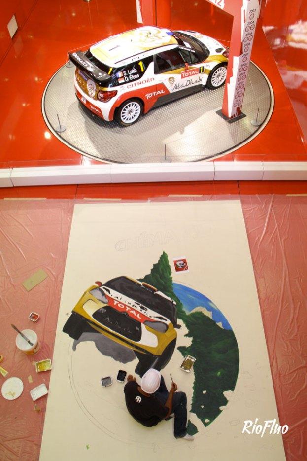 Afin de mettre en valeur l'installation de la voiture de Rallye de Sébastien Loeb au sein du Brandstore Citroën des Champs Élysées, nous avons réalisé une anamorphose afin d'attirer l'attention du public sur l'animation d'expérience virtuelle de Citroën. Après validation en amont d'un croquis avec l'agence de communication de Citroën, s'en sont suivis 3 jours de réalisation surAfin de mettre en valeur l'installation de la voiture de Rallye de Sébastien Loeb au sein du Brandstore Citroën des Champs Élysées, nous avons réalisé une anamorphose afin d'attirer l'attention du public sur l'animation d'expérience virtuelle de Citroën. Après validation en amont d'un croquis avec l'agence de communication de Citroën, s'en sont suivis 3 jours de réalisation sur place par 2 artistes. place par 2 artistes.