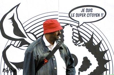 Riofluo a conçu et mis en place une street communication à l'occasion de la campagne de rentrée des conseils de la Jeunesse dans 4 arrondissements de Paris - Mission citoyenneté. Le but étant d'attirer l'attention d'un public jeune sur l'importance de participer à la vie citoyenne. Nous avons créé un super héros, le Super Citoyen, personnage fictif et impactant représentant toute personne engagée. Les supports de communication mis en place ont permis aux passants de devenir eux même ce Super Citoyen en intégrant une image de BD collée au mur, en parcourant un chemin créé au sol ou bien en se masquant grâce à des affiches prévues à cet effet.