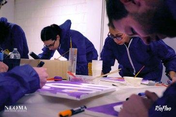 Team Building peinture collective Néoma Pour le lancement de leur nouvelle charte graphique, Néoma Business School a fait appel à Riofluo pour une matinée de Team building créatif. Encadrés par nos Street-artistes, l'équipe de Néoma a élaboré une fresque collective en se servant des codes graphiques et des mots clés propre à l'école afin de partager et créer un patchwork de peinture collaborative. Teambuilding, peinture, collaboration, partage, création, streetart, esprit équipe, violet, entreprise, art, artistes, engagement, shape the futur, Be passionate, challender, école, atelier, workshop, Riofluo