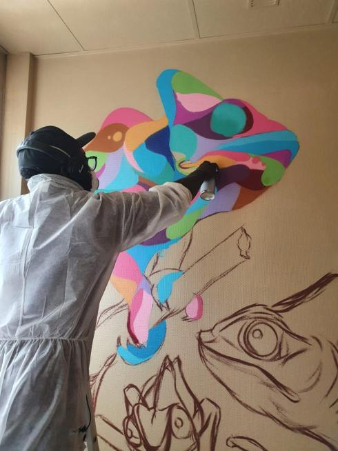 """Pour soutenir le GHU de Saint-Anne, nous avons co-réalisé le projet """"Le Jour d'Après"""" sous la forme d'une résidence artistique, nous avons investi plusieurs chambresde l'hôpitalafin de créer 2 semaines d'expériences participatives avec les soignants et les patients du GHU de Saint-Anne de Paris."""