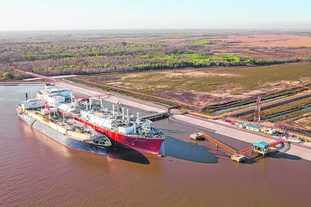 En el puerto de Escobar funciona el único barco regasificador del país. Inyecta hasta 22 millones de metros cúbicos por día.