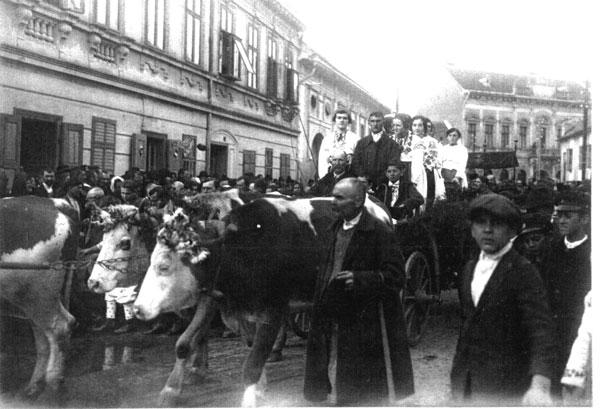 Strada în care este situată Biserica  a fost presărată de lungi coloane de călăreți, de care cu boi, de fete și flăcăi îmbrăcați în costume naționale...