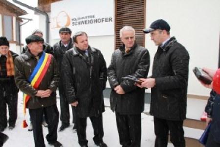 Nechifor Tofan,(dreapta) directorul fabricii din Rădăuți a Schweighofer, îîmpreună cu patronul austriac și Gheorghe Flutur