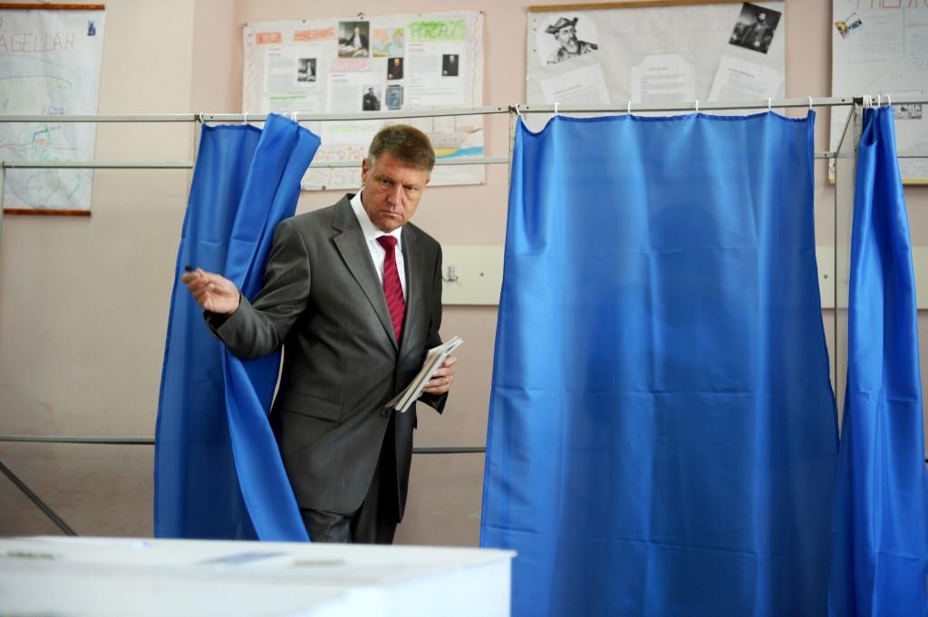 10 IUNIE 2012. Klaus Iohannis, în ziua în care a obținut al patrulea mandat consecutiv în funcția de primar al Sibiului. FOTO: Sebastian Marcovici / Mediafax.