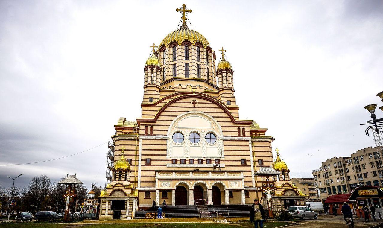 În anii din urmă, în orășelul Făgăraș, preoții au ridicat o catedrală în are se simt ecourile ambiției care a produs în București Catedrala Mântuirii Neamului. FOTO: Silvana Armat.