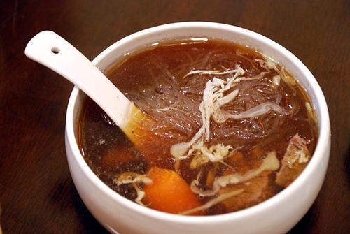 zuppa di anatra con spaghetti di soia - cena di capodanno lunare cinese 2020