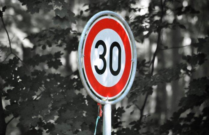 SWOV: Verlaging snelheid binnen bebouwde kom van 50 naar 30 km/uur niet wenselijk en haalbaar