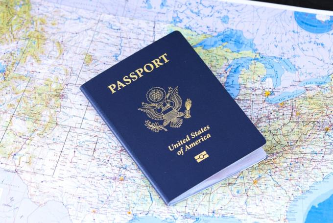 tips naik pesawat ke luar negeri - paspor
