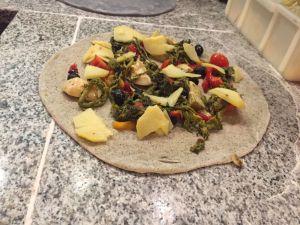 Focaccia vegana con peperoni alla brace, friarielli, carciofi, pachini gialli, patata lessa e olive