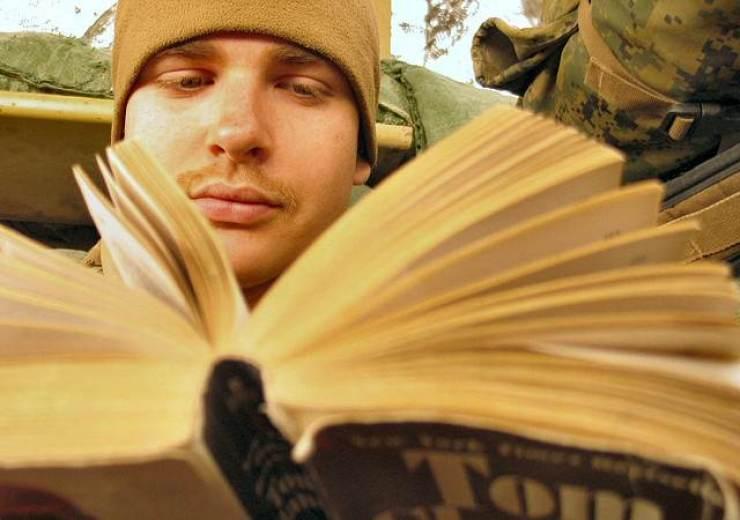 Scrivere senza leggere | Un ragazzo intento nella lettura