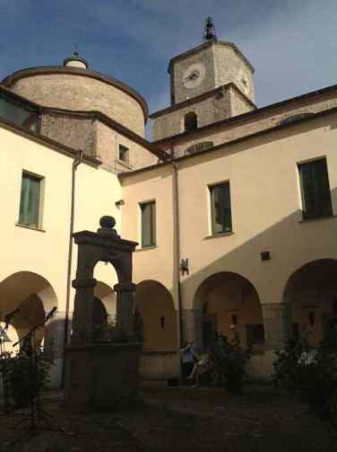 Il chiostro di S. Francesco. Foto di Enzo C. Delli Quadri