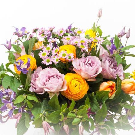 Spalvinga skintų gėlių puokštė iš arti