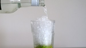 Maraschino wird in den Drink gegossen