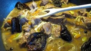 Nahaufnahmen von der Pfanne in der das Fleisch mit den übrigen Zutaten geschmort wird