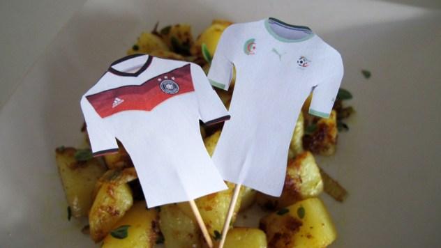 Trikot-Fähnchen der beiden Mannschaften auf Bratkartoffeln