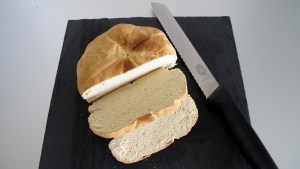 Laib Dumper Brot, zwei Scheiben abgeschnitten