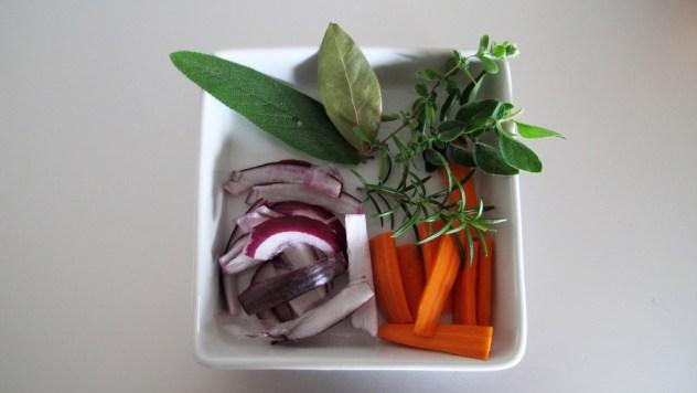 Kräuter und Gemüse für die Kaffee-Sauce