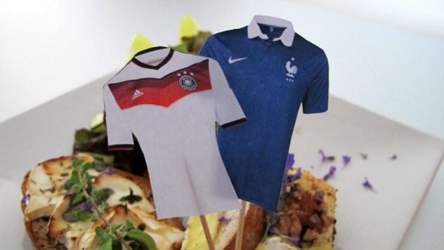 Trikot-Fähnchen der beiden Mannschaften auf französischen Schnittchen