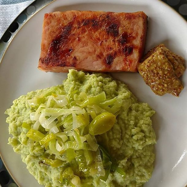 Green cauliflower mash topped with wilted leeks. This is what happened to the #csa #riverbendgardens