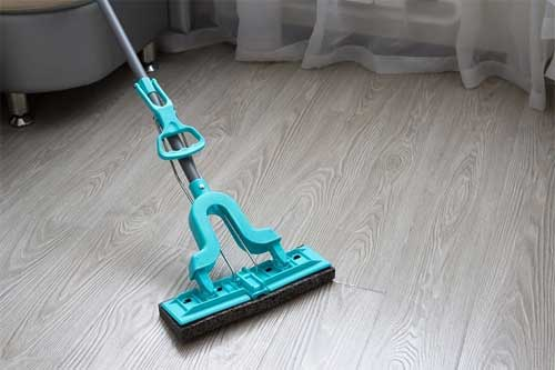 What are the key indications to change the sponge mop head
