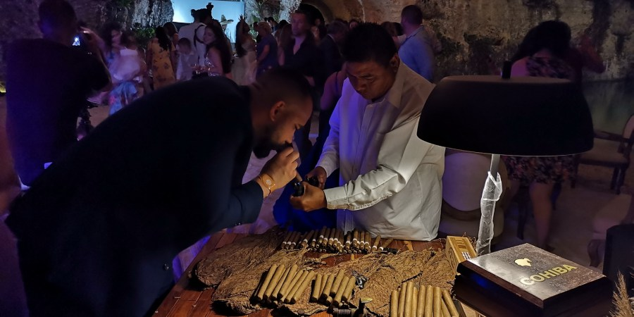 Cigar roller Xcaret Playa del Carmen