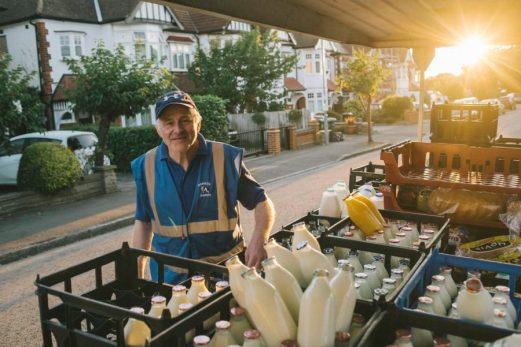 Le bottiglie di vetro per il latte tornano di moda in una logica di sostenibilità ambientale.