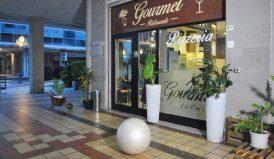 Ingresso del Ristorante Pizzeria Gourmet. Nelle sere d'estate è possibile cenare sotto l'accogliente portico.