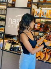 Una cliente sceglie il suo prodotto Nashi Argan. Foto di Store della Bellezza