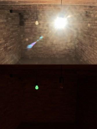 Leonardo Petrucci, Lontani Km, vicini anni luce, 2014, lampadine, colore al fosforo e temporizzatore