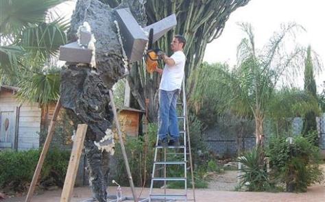 Giacomo Rizzo al lavoro sulla scultura Matermania